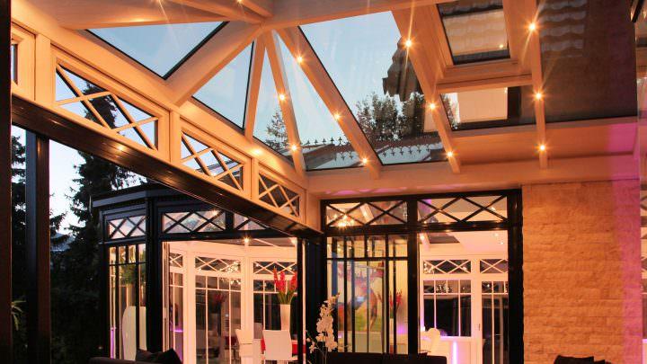 Gastronomie-Wintergarten mit großer Lichtinstallation
