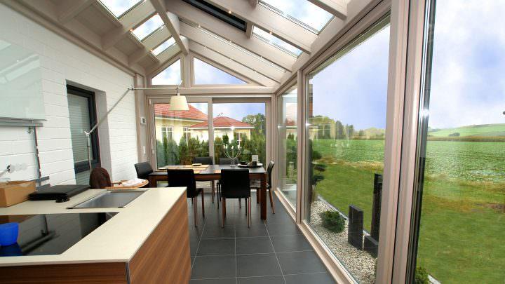 Innenbereich eines modernen Wintergartens mit großer Glasfront