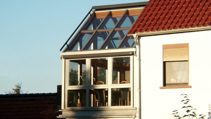 Moderner Wintergarten mit Glasdach