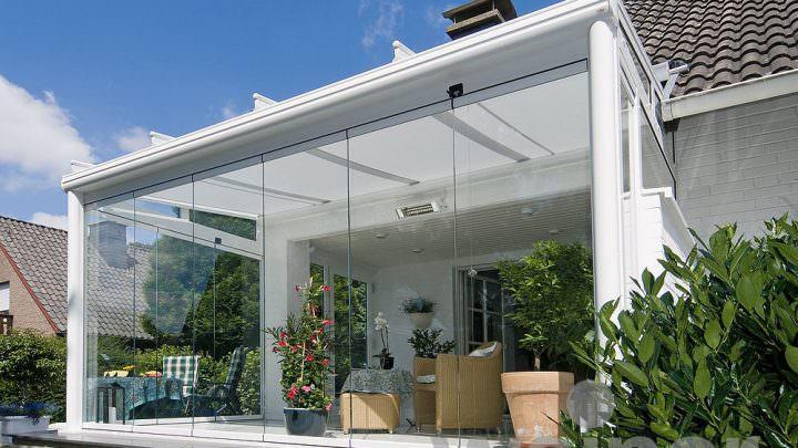 Sommergarten mit großer Glasfront