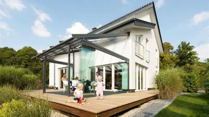 Sommergarten mit großer Holz-Terrasse